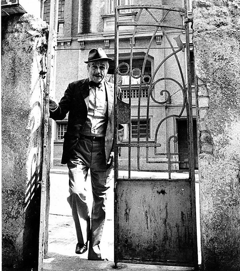 João Rubinato, ou melhor, Adoniran Barbosa, no portão de uma casa em São Paulo